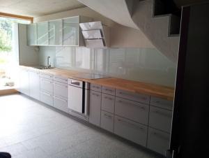 Küche mit Glasrückwand, Kunstharz belegt.